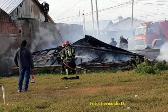 Menores habrían incendiado una casa prefabricada