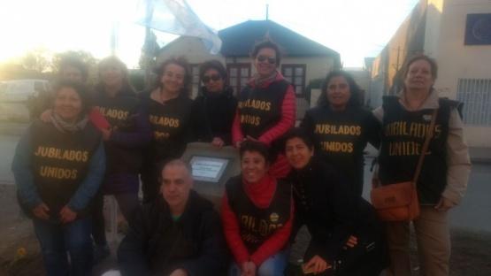 Jubilados inauguraron monolito frente a la Caja de Previsión Social