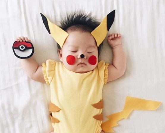 La bebé estrella de Instagram por sus increíbles fotos disfrazada mientras duerme