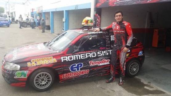 Cristóbal junto al auto ploteado.