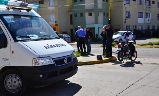 Motociclista esquivó un auto y terminó chocando