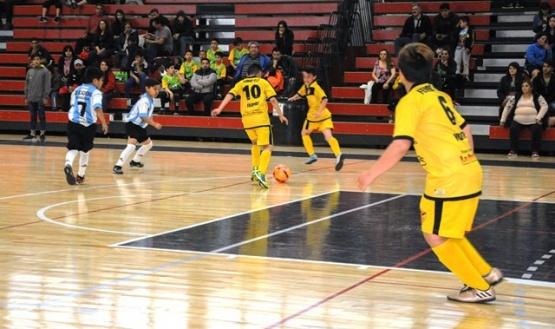Rueda la pelota en el 10º Torneo Internacional de fútbol de salón infantil