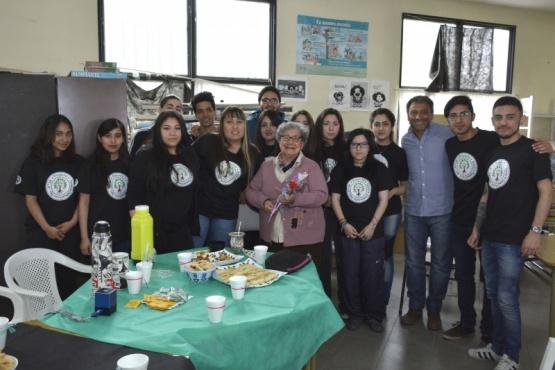 Estudiantes del Colegio 38 agasajaron a docente pionera del Barrio Gregores