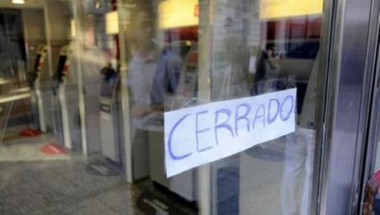 Preocupa la situación de empleados de un banco que cierra y otro que fue suspendido