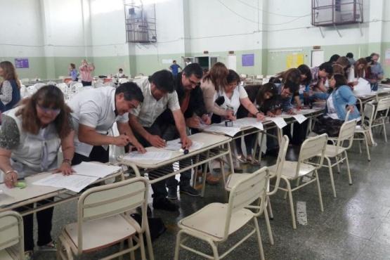 77 docentes accedieron a cargos titulares en Caleta Oliva