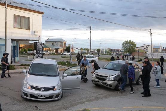 Dejó daños materiales en el frente de los autos. (C.G)
