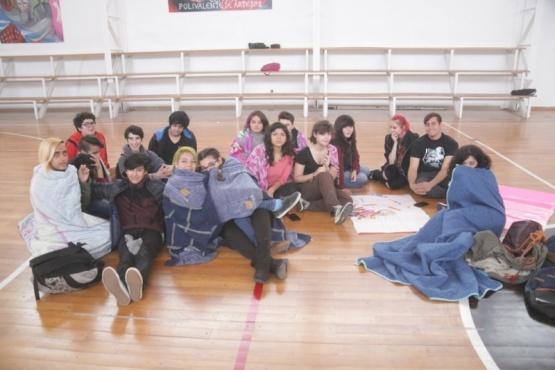 Estudiantes del Polivalente de Arte reclaman por dos meses sin calefacción