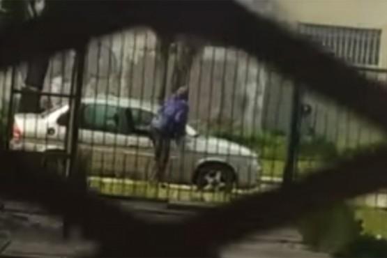 Registran robo de distintos elementos tras romper ventanilla de un auto