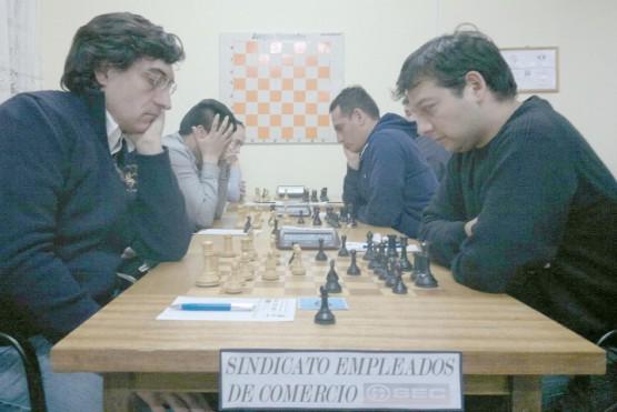 El riogalleguense, derecha, ganó cuatro de las nueve partidas.
