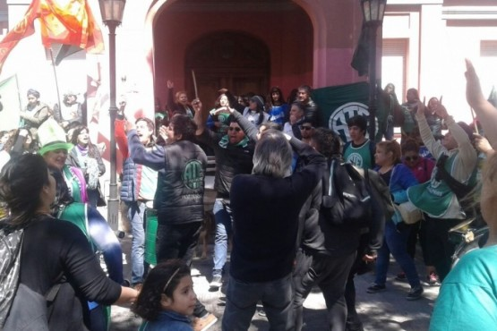 Los gremios se movilizan ante crisis provincial