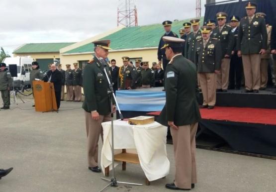 Momento en que el nuevo Comandante realiza su juramento.