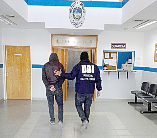 Un sujeto fue detenido por provocar disturbios y le encuentran marihuana