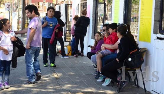 Acampan cientos de papás para el ingreso a Secundaria de sus hijos