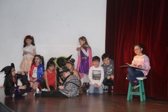 El taller de niños de la profesora Celeste Ortega cerró el año sobre el escenario y junto a la familia