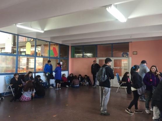 Los padres ya acampan para anotar a los chicos al colegio