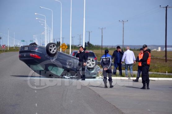 Herido leve tras volcar su auto