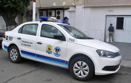 Forcejeo entre la Policía y trabajadores de ATE en economía