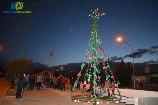 También encendieron arbolitos de navidad en Caleta Olivia