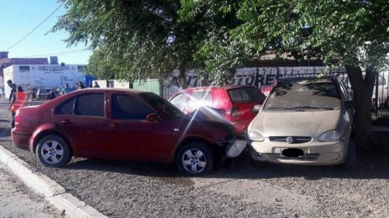 Chocó dos autos estacionados y se negó a realizar el test de alcoholemia