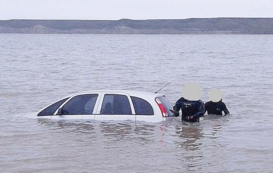 Investigan cómo un rodado terminó tapado por el agua en la costanera