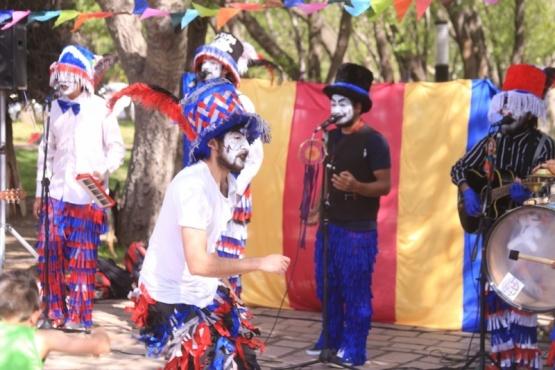 El Día del Murguero reunió a distintas formaciones en la plaza San Martín