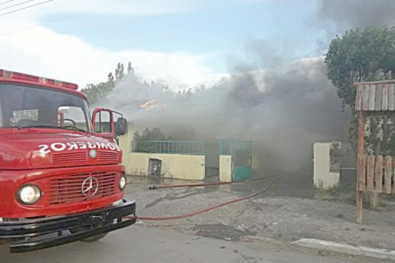 Bomberos de la Unidad X sofocaron el fuego en la primera casa.