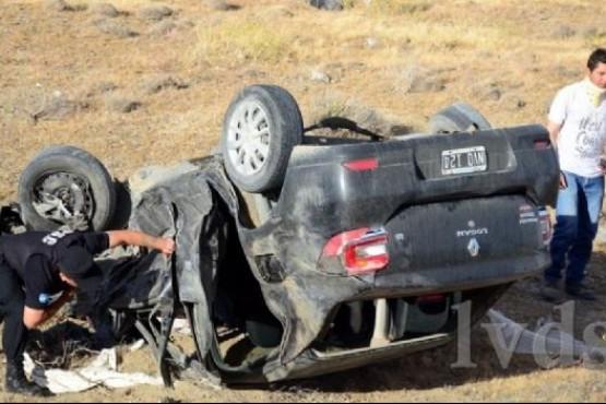 Tres personas resultaron heridas tras un choque y vuelco