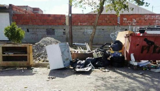 Lavarropas, mueble y basura en la vía pública
