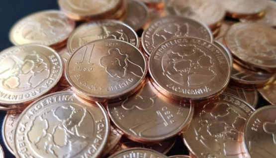 Cómo son las nuevas monedas de 1 y 5 pesos