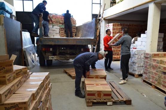 Entregan 8 mil cajas con productos navideños