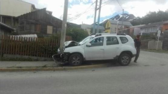 Estacionó, volvió y encontró al coche incrustado en un poste