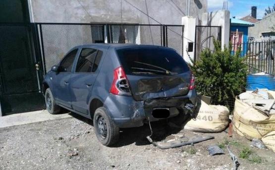 Chocó un auto estacionado y se dio a la fuga