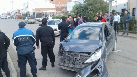 Uno de los vehículos con fuertes daños materiales. (C.G)