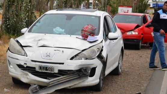 Se le cayó el casco y provocó un triple choque de autos