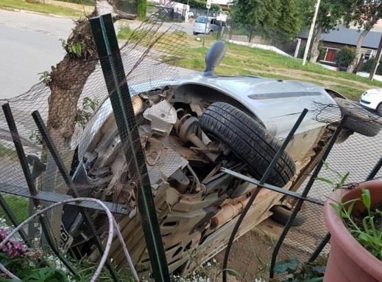 Un auto volcó y se metió en el patio de una vivienda