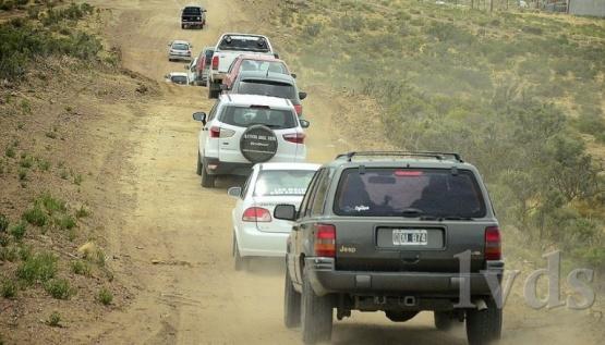 Una caravana de autos para la entrega de 700 terrenos