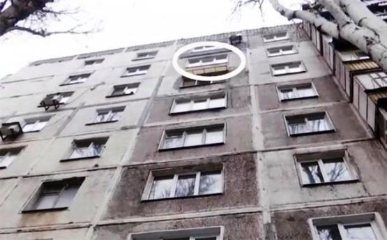 Un hombre se quitó la vida lanzándose de un edificio y cayó sobre un bebé
