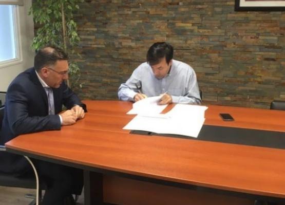 Firmaron convenio para la refacción del muelle de Punta Quilla