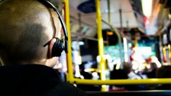 Prohíben escuchar música sin auriculares en los colectivos