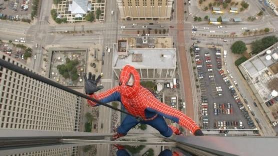 Se disfrazó de Spiderman para sacarse una selfie y murió al caer desde la terraza