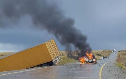 Una familia murió calcinada en la ruta tras chocar contra un camión