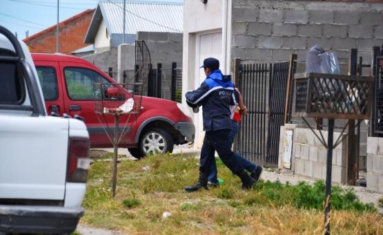 Uno de los demorados es retirado de la vivienda de calle Fadul.