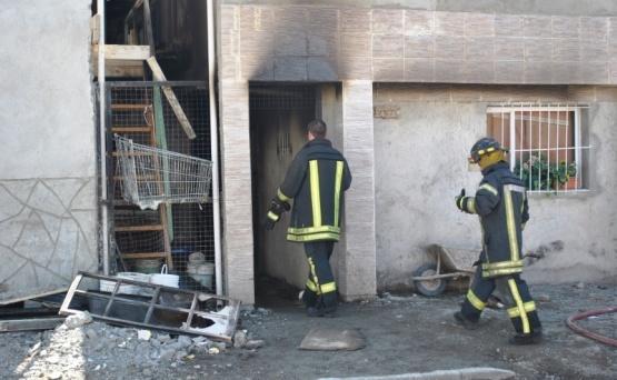 Hallan a un hombre muerto tras incendio en complejo de departamentos