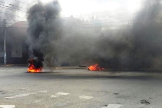 Ante la falta de pago de haberes municipales queman cubiertas