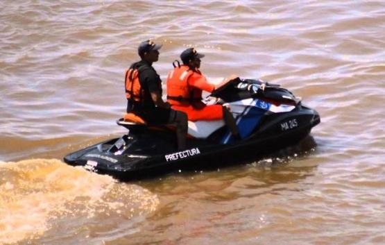 Los prefectos rescataron a la familia en motos de agua.