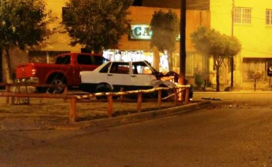 Chocó contra un poste y el auto se prendió fuego