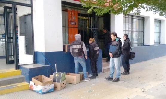 Los investigadores estuvieron trabajando en el cajero por largas horas. (Foto: L.T.)