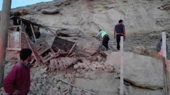 Al menos dos muertos y 56 heridos por un sismo de 6.8