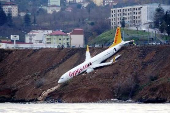 Pánico en Turquía: un avión aterrizó de emergencia y quedó al borde de caer al agua