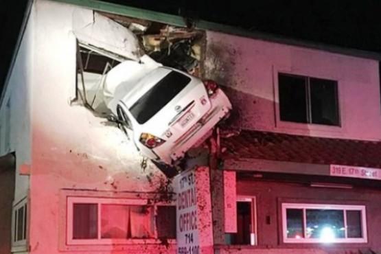 Insólito: chocó, perdió el control de su auto y terminó incrustado en el segundo piso de un edificio